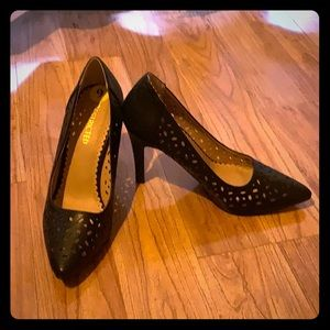 Restricted Black Pumps